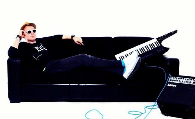 Keytar musician